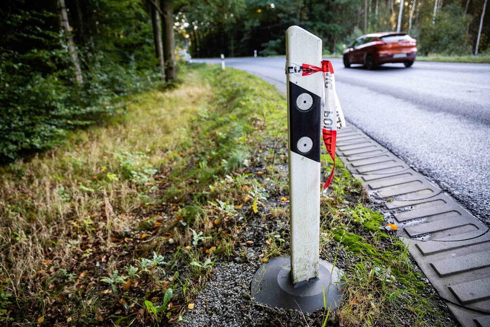 Reste der Polizeiabsperrung an der B6 bei Fischbach. Im Angrenzenden Waldstück waren Knochenteile gefunden worden. Nach ersten Erkenntnissen stammen sie von einem Säugling.