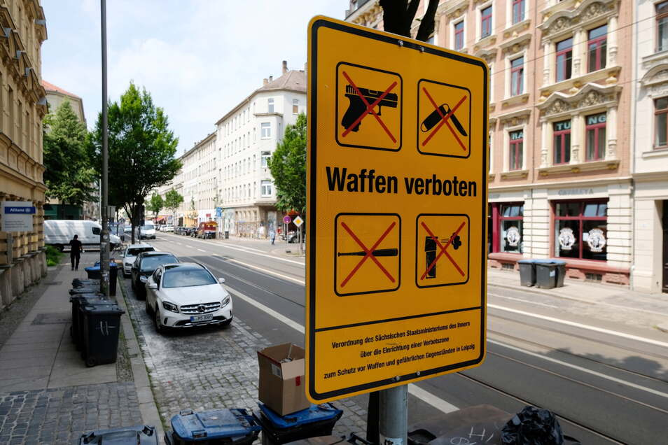 Ein Schild ist der Aufschrift ·Waffen verboten· an der Eisenbahnstraße.