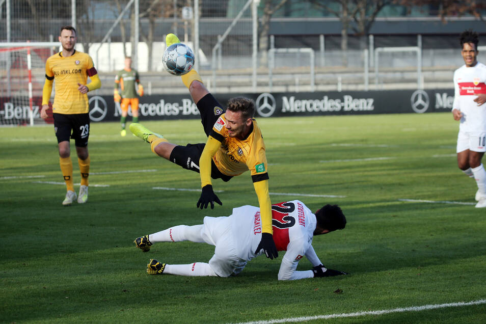 Dynamos Linus Wahlqvist fliegt über Nicolas Gonzalez.