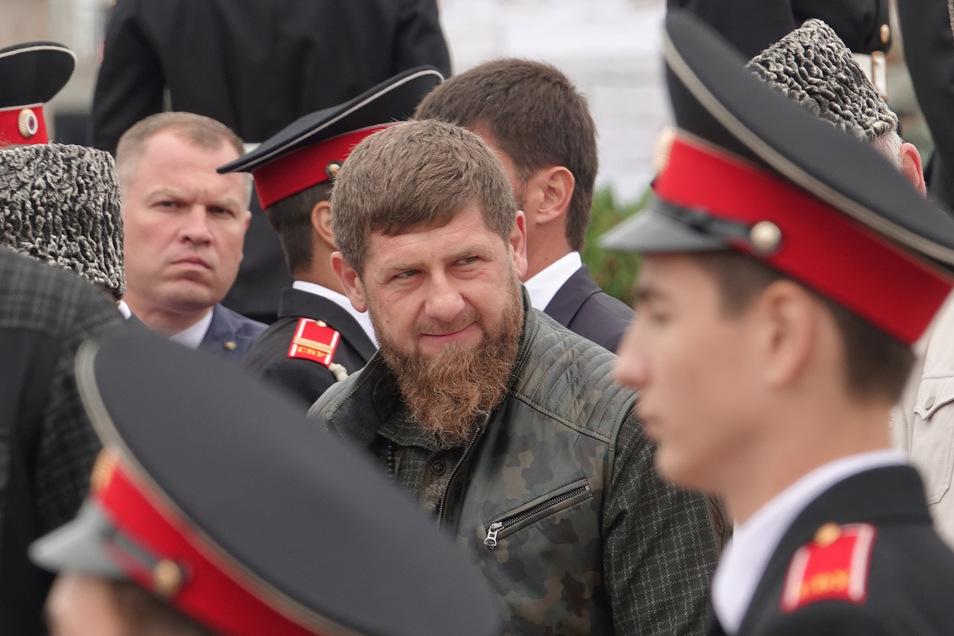 Ramsan Kadyrow (M), Oberhaupt der russischen Teilrepublik Tschetschenien, und tschetschenische Würdenträger stehen bei einem Festakt zum 200. Gründungstag der Hauptstadt Grosny nebeneinander.