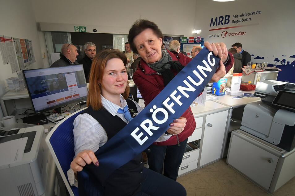 Hannelore John (rechts) hatte sich im September vom Ticketschalter in den Ruhestand verabschiedet. Im frisch renovierten Kundencenter der MRB wird ab sofort Katharina Böttcher Fahrkarten verkaufen und zu Bahnverbindungen beraten.
