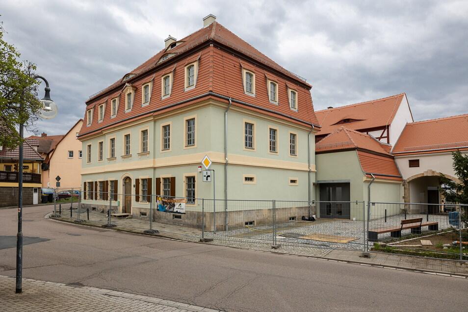 Der Bauzaun steht noch, auch wenn das sanierte Museum in Dippoldiswalde schon fast fertig ist. Das sollte es allerdings schon lange sein.