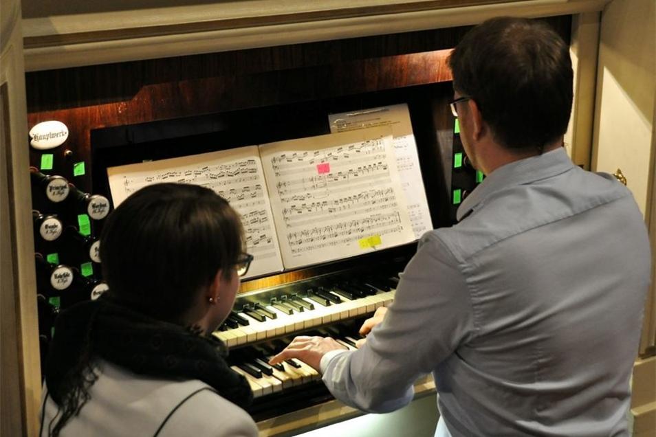 Auch die Orgel soll saniert werden, die Kantor Markus Mütze mit Unterstützung von Luisa Hein spielte.