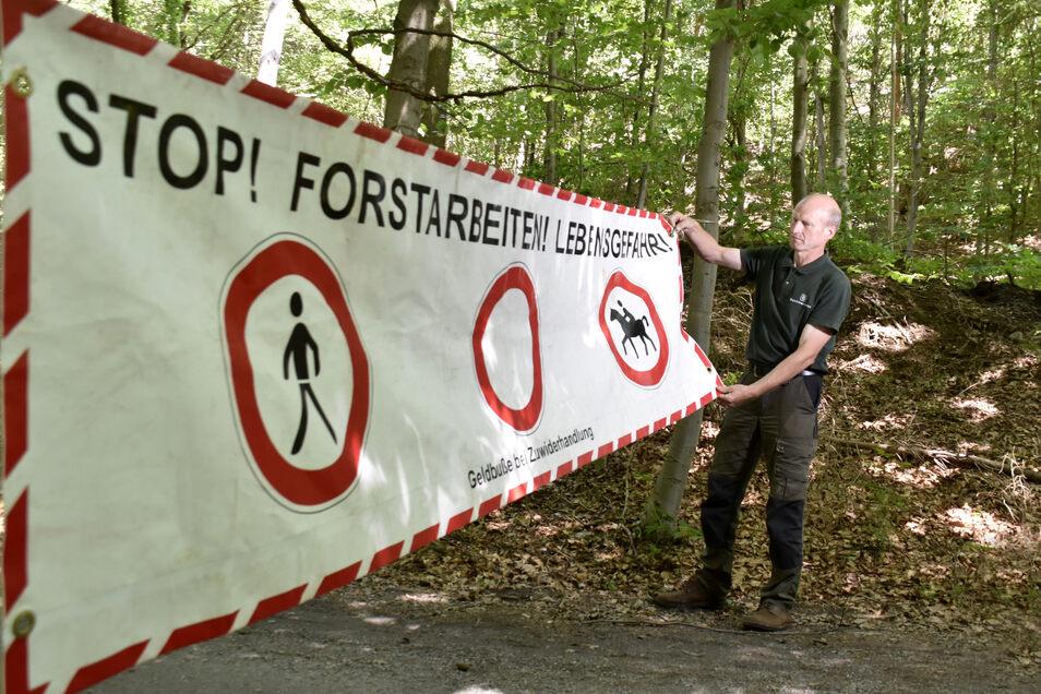 Diese Warnschilder in der Heide, die auf den Einschlag hinweisen, werden oft ignoriert, sagt Forstdirektor Heiko Müller.