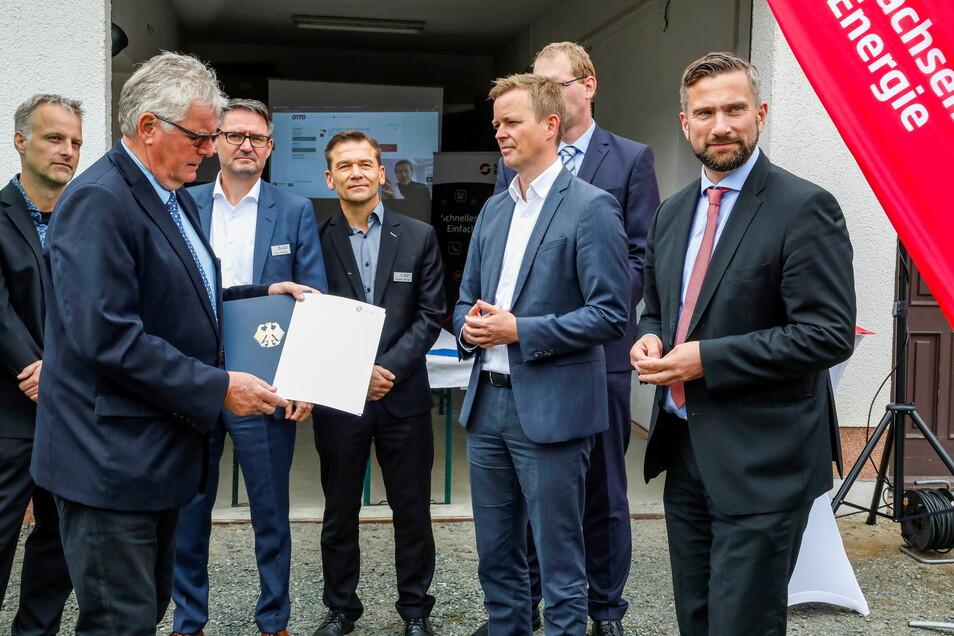 Sachsens Wirtschaftsminister Martin Dulig (rechts), Landrat Bernd Lange und andere beendeten heute den Breitbandausbau in Rosenbach und gaben den Startschuss für den weiteren Turbo-Internet-Ausbau.