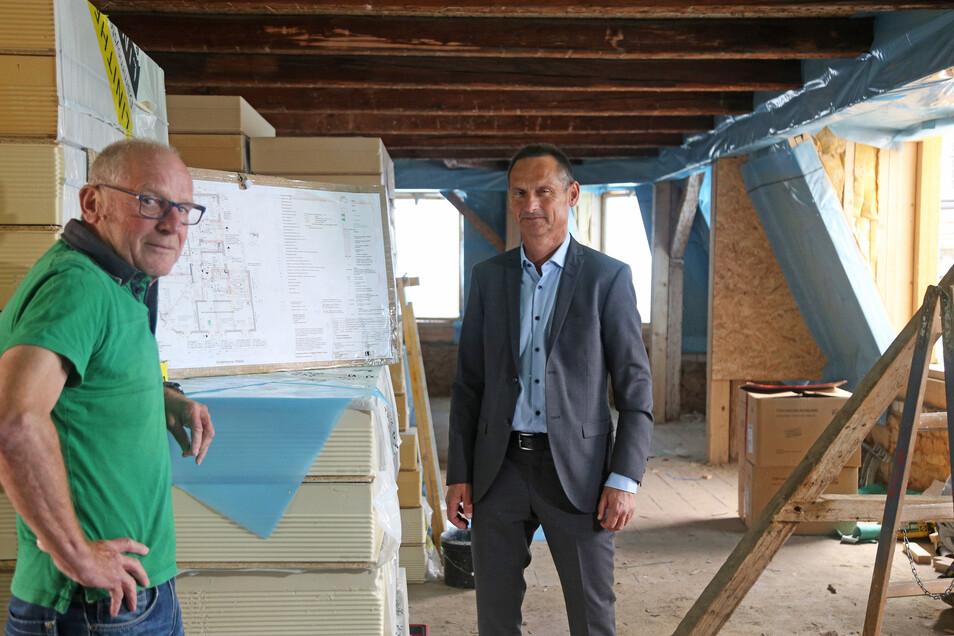 Ein Blick ins künftige Wohnzimmer: Bernd Hölzig und Roland Ledwa von der Wohnungsgesellschaft Riesa auf Visite in der Kaffee-Starke-Baustelle am Rathausplatz.
