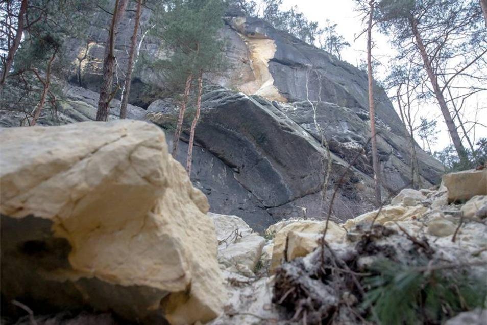Tom Pauls entrinnt am Rauenstein knapp einem Felssturz.