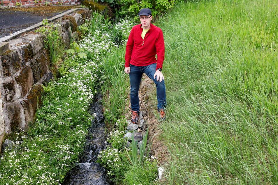 Bernd Eifler wohnt am kleinen Grundbach in Jonsdorf. Das Gewässer soll einem Jahrhunderthochwasser trotzen. Das wird es künftig auch - doch leider nur noch an ein paar Stellen.