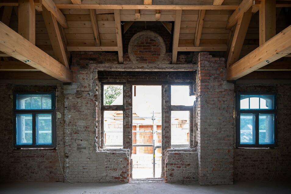 Dieser Übergang zwischen Kutscherhaus und DDR-Anbau wurde bei der Sanierung wieder freigelegt, alle Fenster und die Tür zur künftigen Dachterrasse geöffnet.