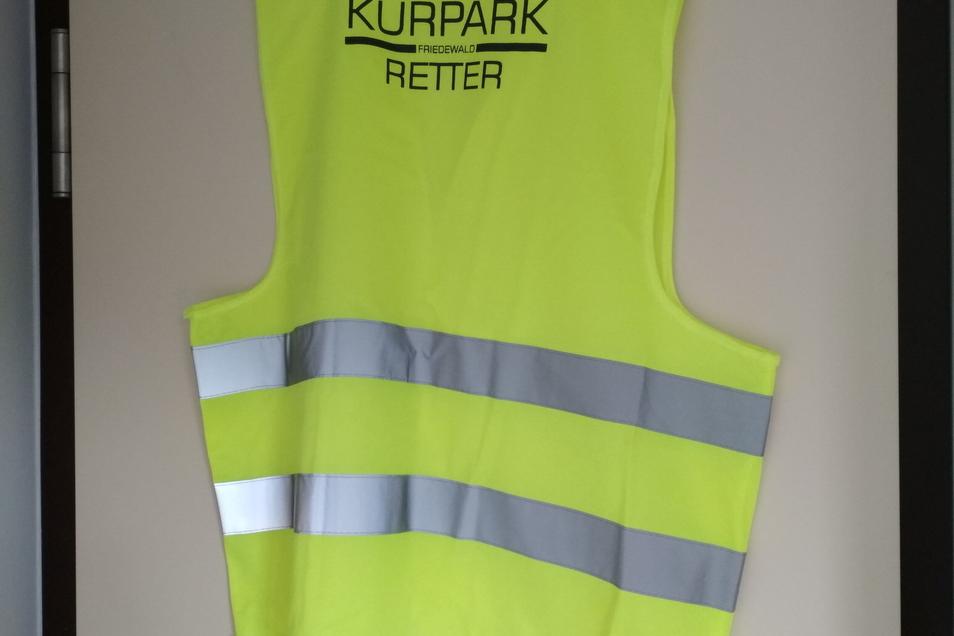 Die Gemeinde hat Warnwesten gekauft und bedrucken lassen - für die fleißigen Helfer im Kurpark.