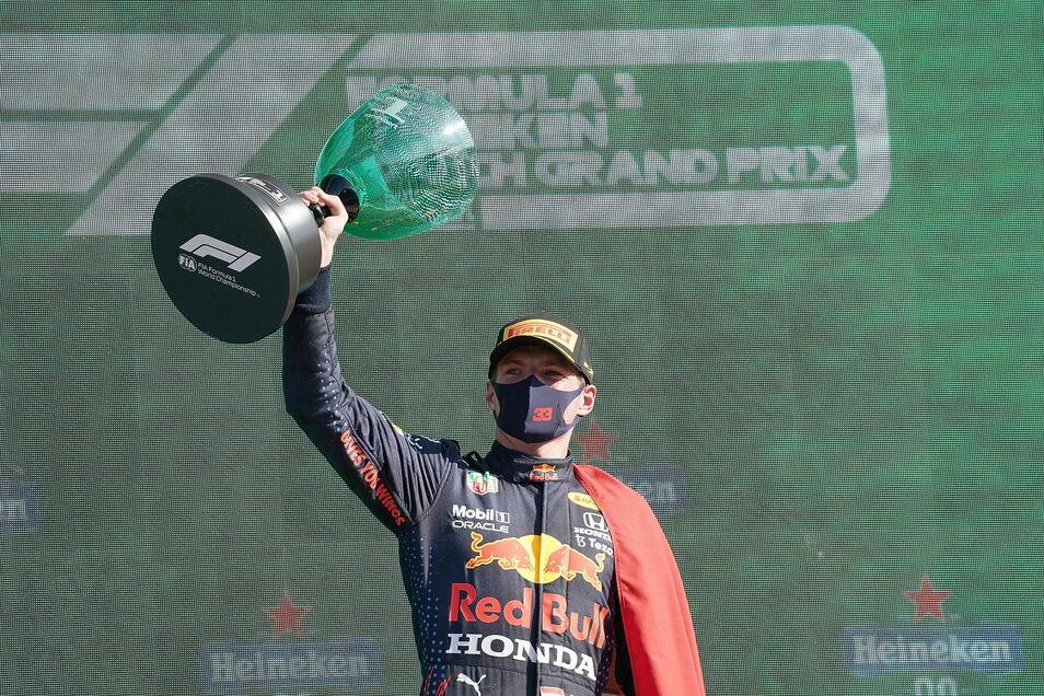 Der Sieger von Zandvoort: Max Verstappen mit dem Siegerpokal.