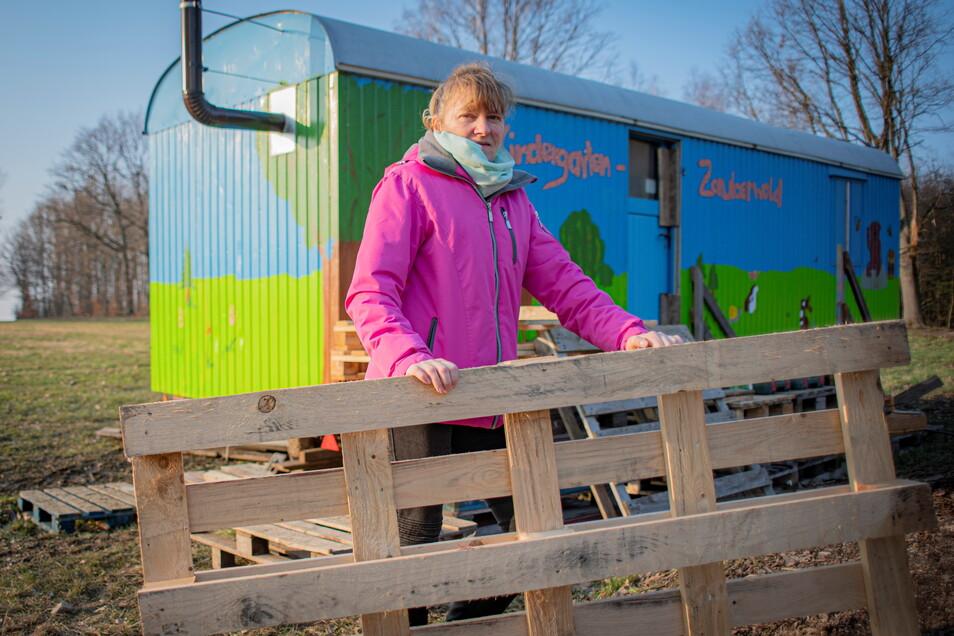 Für die neue Waldkita in Großröhrsdorf wurde ein Bauwagen bunt bemalt und an seinen Stellplatz gebracht. Simone Schwarz freut sich, dass die Kita jetzt eröffnen konnte.