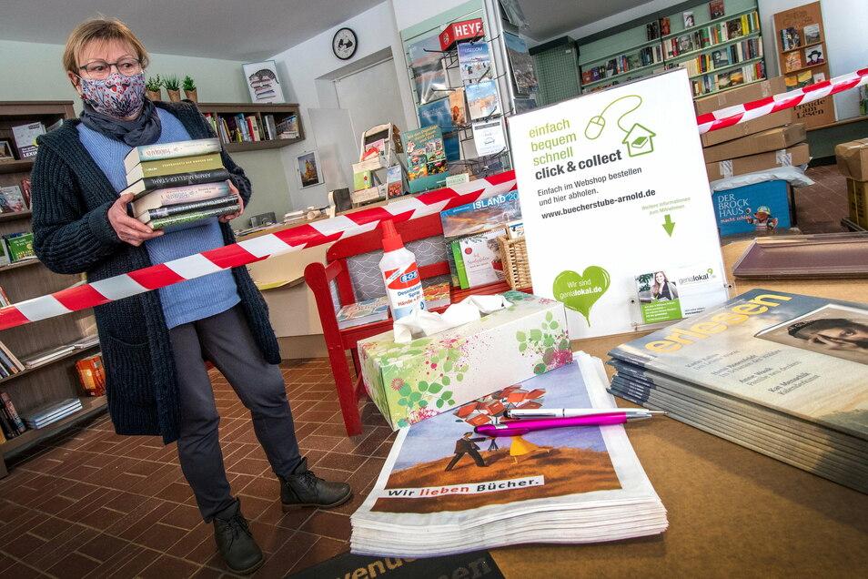 Ein Absperrband und ein Tisch werden ab Montag Stefanie Arnold und die Kunden der Bücherstube in Hartha trennen. Bei Click & Collect dient der Tisch zur kontaktlosen Übergabe von Büchern, Kalendern und Co.
