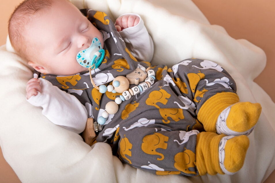 Jonny, geboren am 22. Januar, Geburtsort: Dresden, Gewicht: 2.950 Gramm, Größe: 45 Zentimeter, Eltern: Aline Nedeß-Lehmann und Willy Lehmann, Wohnort: Coswig