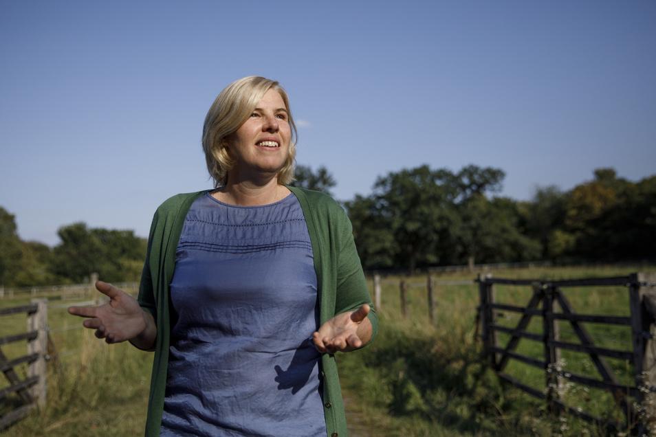 """Jennifer Schulz, Initiatorin des Projektes """"Urbane Waldgärten"""", steht auf dem Gelände eines zukünfitigen Waldgartens in Britz."""