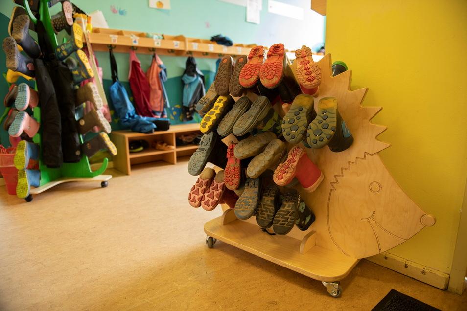 Lustig sind diese Stiefelständer. Holzelemente sind prägend in der Kita am Bobersberg.