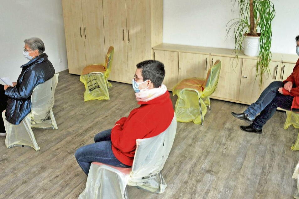 """""""Abstand, Maske und Hygiene"""" heißt das Motto auch im Wartebereich. Foto: Joachim Rehle"""
