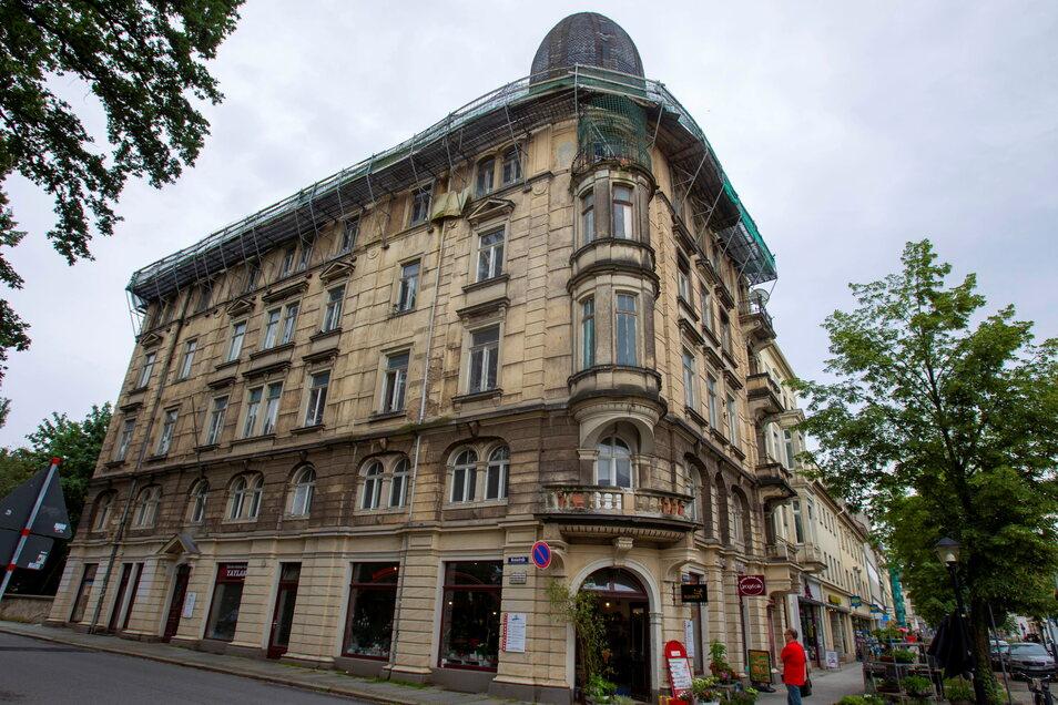 Das Gebäude an der Breiten Straße/Ecke Nicolaistraße weist starke Schäden am Dach auf. Eine Notsicherung wurde bereits angebracht.