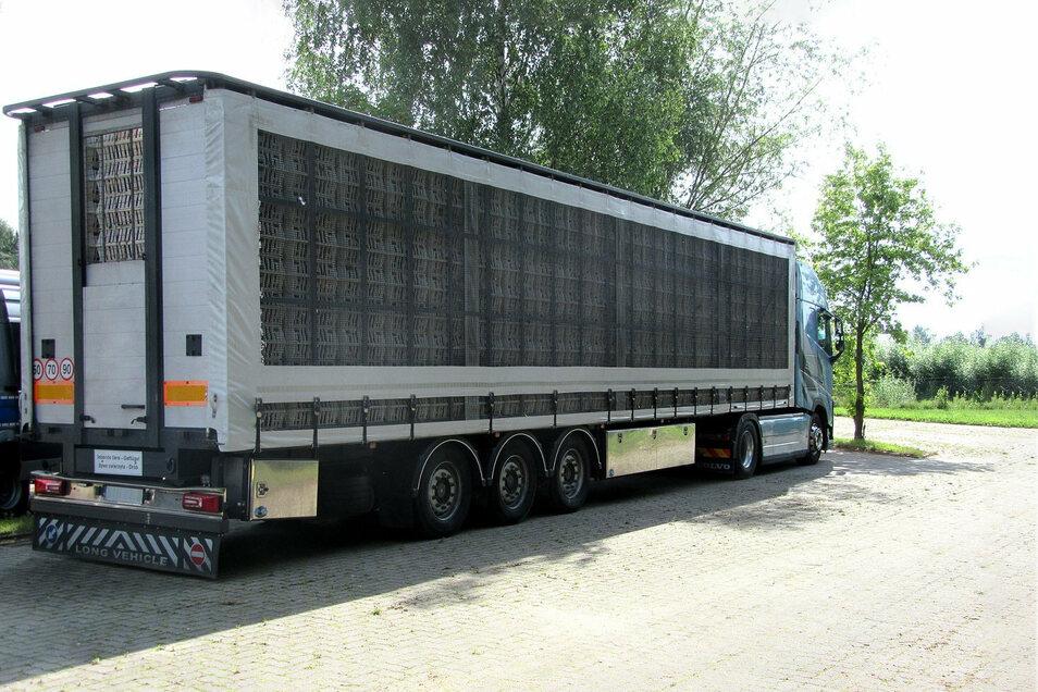 Dieser Transporter ist mit knapp 1.100 Hühner zu viel beladen gewesen.