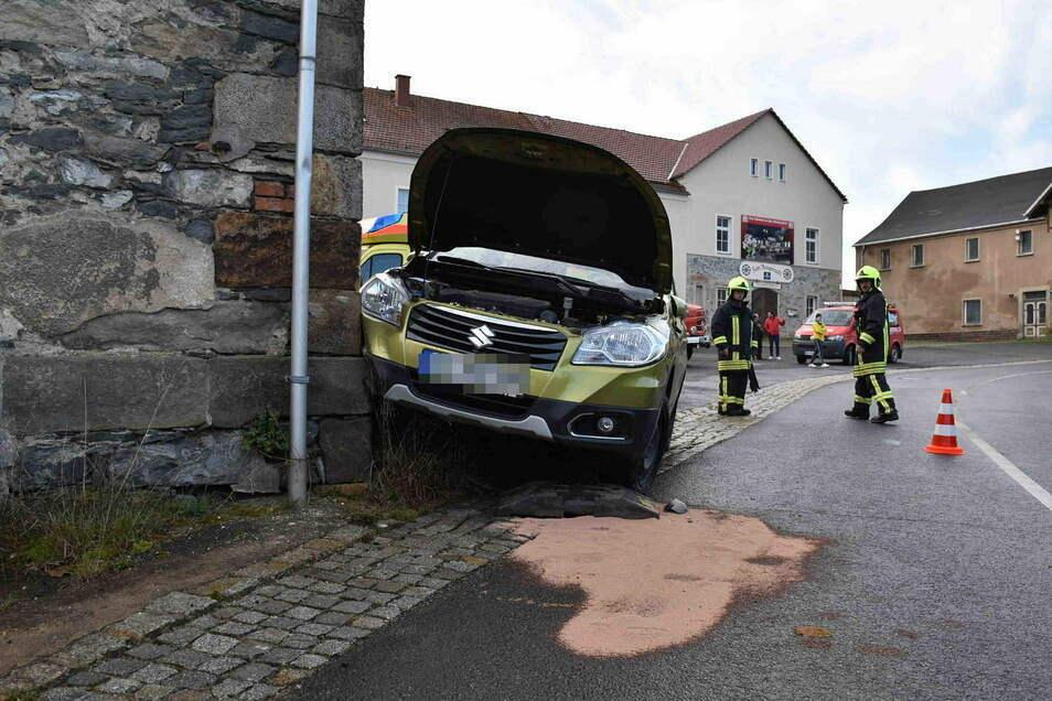 Der Suzuki knallte gegen die Mauer der Scheune.