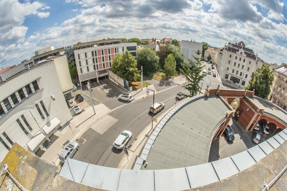 Ein Blick auf das derzeit bestehende Parkhaus am Görlitzer Postplatz und die beiden Stadtvillen, die sich hinter den Bäumen verbergen.