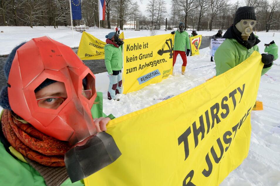 Bereits im Februar haben Mitglieder von Greenpeace am Dreiländerpunkt gegen das polnische Kraftwerk Turow demonstriert.