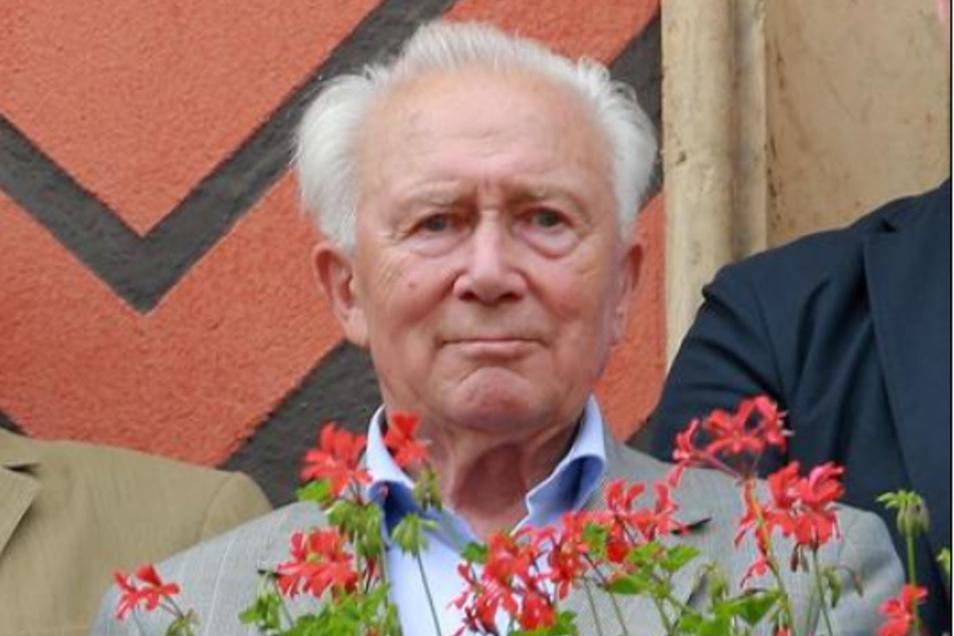 Sigmund Jähn – zum ersten Mal auf dem Rathausbalkon.