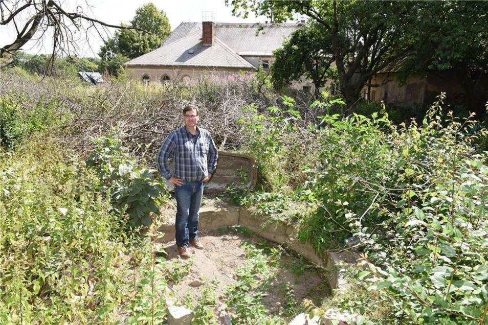 Konstantin Hermann steht hier in dem früheren Brunnen im Garten. Von hier sieht man das Schloss von hinten.