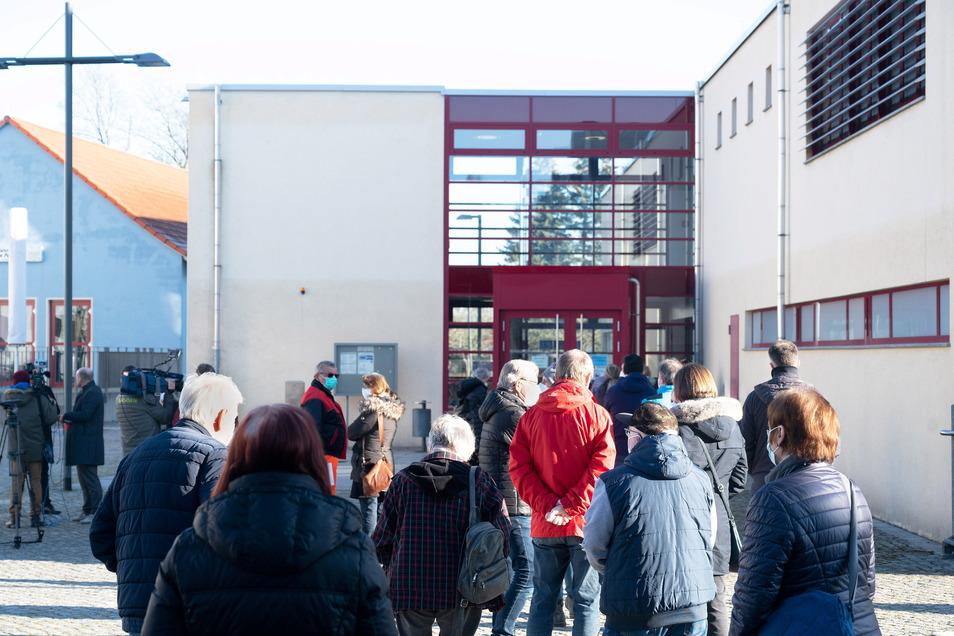 Vor der Sporthalle des Berufsschulzentrums Radeberg bildete sich eine lange Schlange. Wegen der großen Nachfrage werden auch am Mittwoch und Donnerstag Tests angeboten.