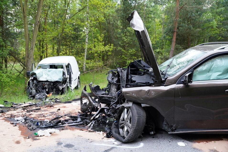 Ein Bild der Verwüstung bot sich den Rettungskräften am Dienstagabend auf der Straße zwischen Kleinsaubernitz und Guttau. Dort war ein Mercedes Geländewagen frontal in einen VW Caddy gekracht.