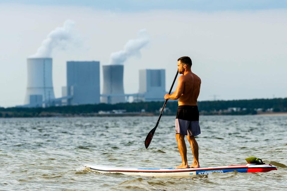 Ein Stand-up-Paddler zieht im letzten Sommer seine Kreise auf dem Bärwalder See in der Lausitz.