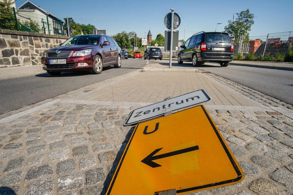 Die Umleitungsschilder - hier am Kreisverkehr - liegen noch von der letzten Baumaßnahme an der Neustädter Straße in Bischofswerda. Gleich nach Pfingsten werden sie wieder aufgestellt.