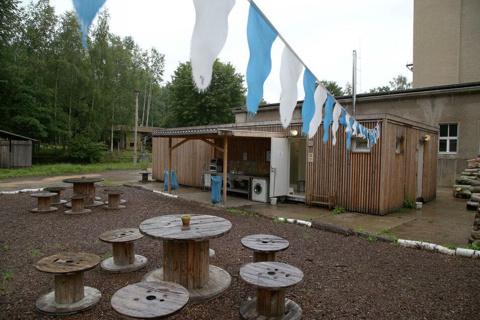 Das Sanitärgebäude: Innen gibt es Duschen und Toiletten. Draussen eine Küchenzeile und Waschmaschine.