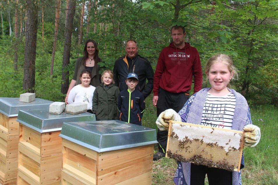 Stolz zeigt Lena einen Rahmen mit Bienenwaben. An der Sohlander Grundschule wurde jetzt ein neues Projekt gestartet, mit Unterstützung von Schulsozialarbeiterin Evelyn Schöbel, Tischlermeister Steffen Schirner und Imker Martin Kubitz (hinten v.l.).