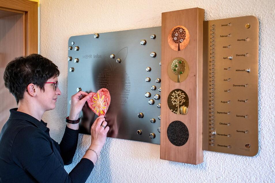 Das Meisterstück von Heike Krusch, ein immerwährender Kalender, wird inzwischen jeden Tag von der Familie genutzt.