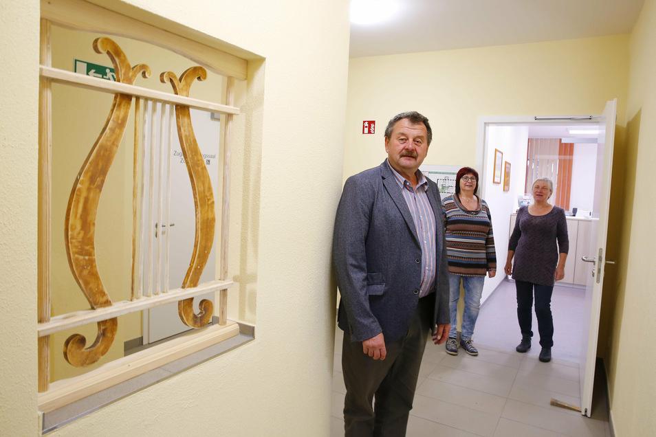 Der Laußnitzer Bürgermeister Joachim Driesnack, Sekretärin Angela Brückner und Projektverantwortliche Marlis Trepte (r.) freuen sich über die neuen Räume für das Gemeindeamt.