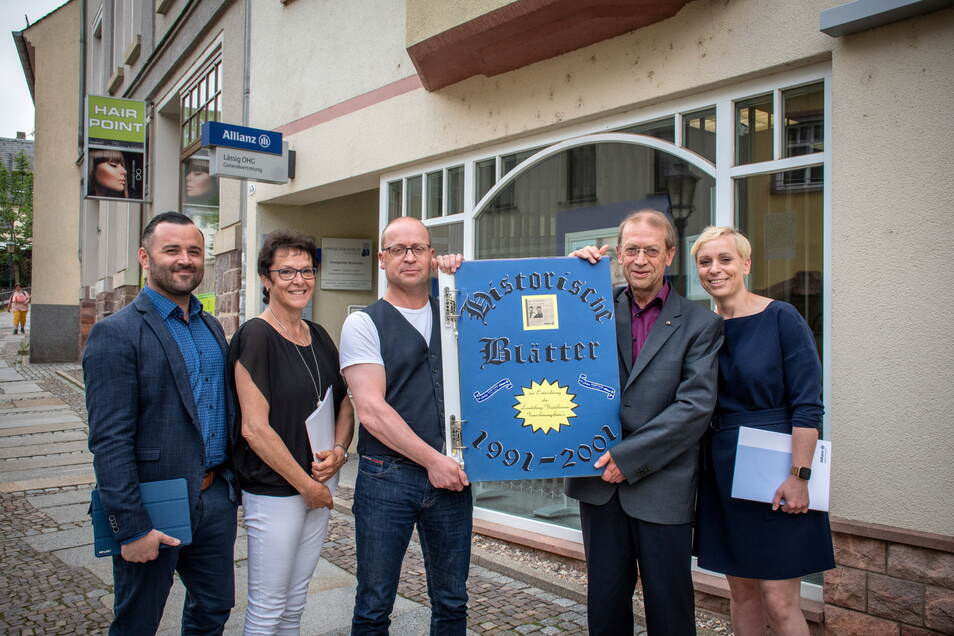 Gerald Lässig (2. von rechts) hat vor 30 Jahren die Allianz-Agentur in Waldheim gegründet. Jetzt sind Grit (rechts) und Falk Lässig (Mitte) Agenturleiter.