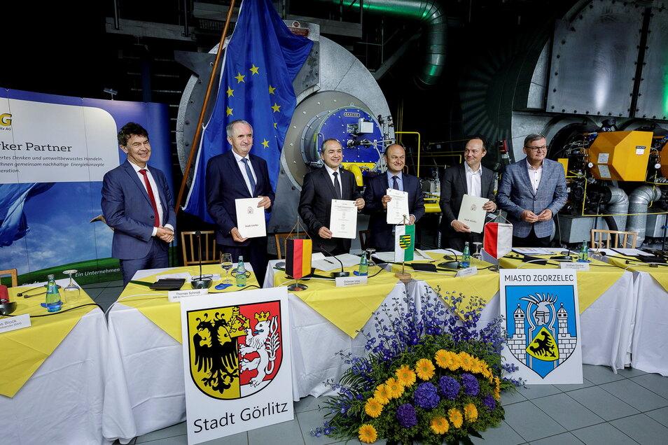 Vor knapp einem Jahr trafen sich alle Beteiligten in Görlitz und unterschrieben eine Absichtserklärung, die Fernwärme in Görlitz und Zgorzelec bis 2030 klimaneutral auszubauen.