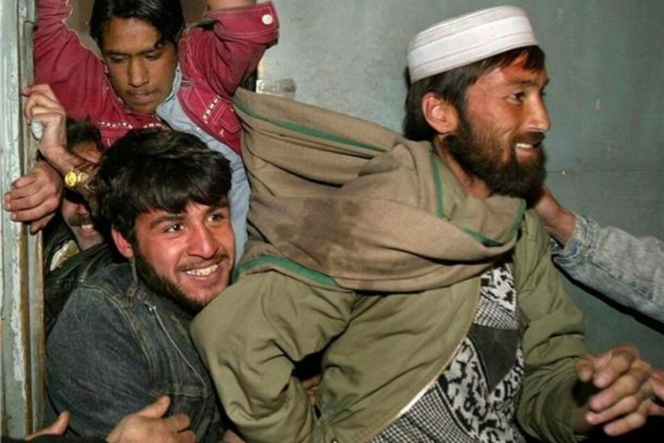 Im Februar 2002 versuchten diese Afghanen in ein Kino in Kabul  zu gelangen, um einen russischen Film über die erste Liebe sehen zu können.
