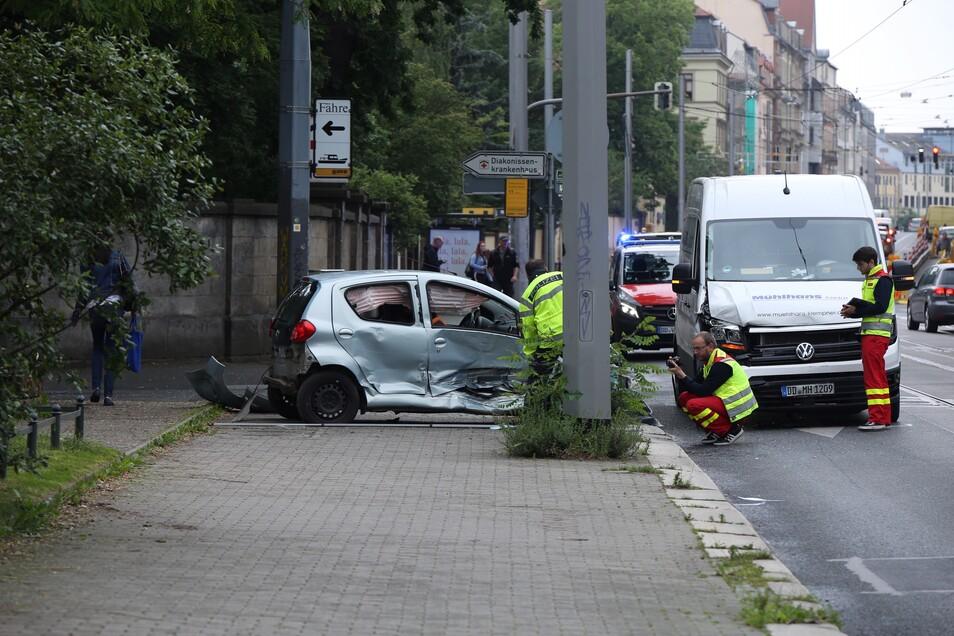Die beiden Fahrer wurden verletzt. Nun ermittelt die Dresdner Polizei zur Unfallursache.