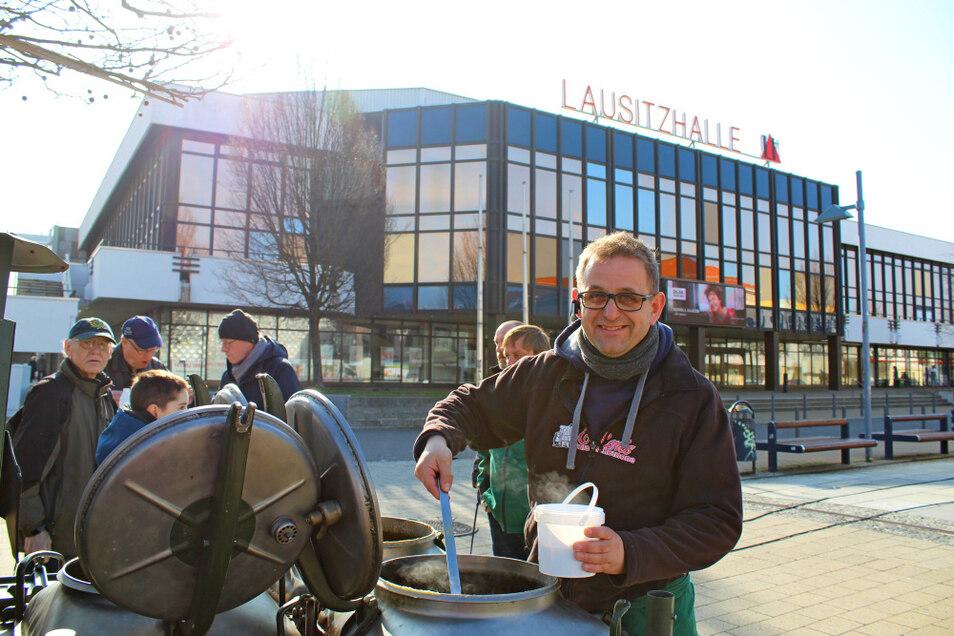 Beim Wochenmarkt auf dem Lausitzer Platz in Hoyerswerda gibt es auch Angebote der Feldküche von René Becker.