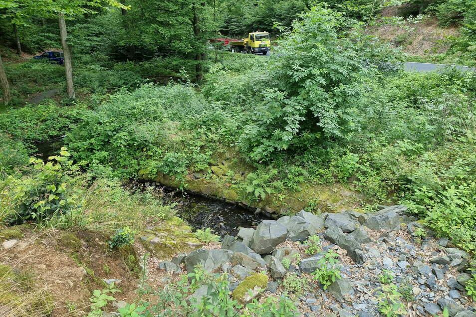 Der Überlauf aus Natursteinen im oberen Spitzgrund verhindert, dass bei Flut ein Schwall die Straße beschädigt.