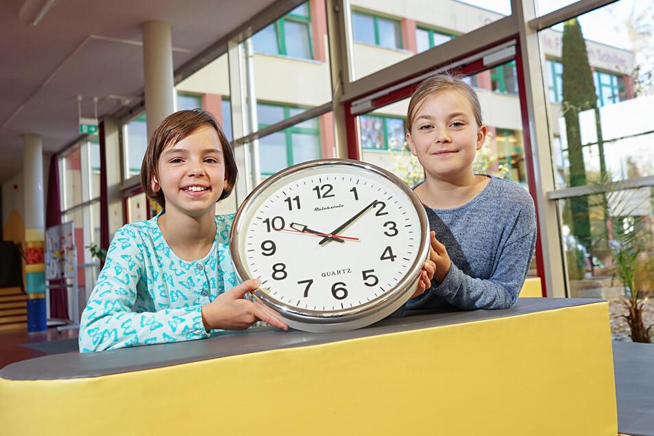Die Cunewalder Grundschule hat an der Uhr gedreht: Statt 45 Minuten dauern die Unterrichtsstunden jetzt 60 Minuten. Kira (l.) und Lena finden das gut. Und nicht nur sie.