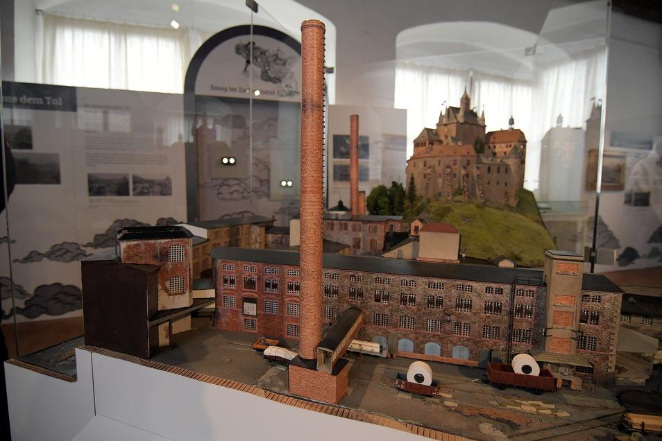 """Die Ausstellung """"Dicke Luft"""" zur Geschichte der Papierfabrik auf der Burg Kriebstein konnten bisher wegen der Corona-Pandemie nur wenige Besucher sehen. Jetzt öffnet die Burg wieder ihre Tore. Die Ausstellung ist bis Ende Oktober verlängert worden."""