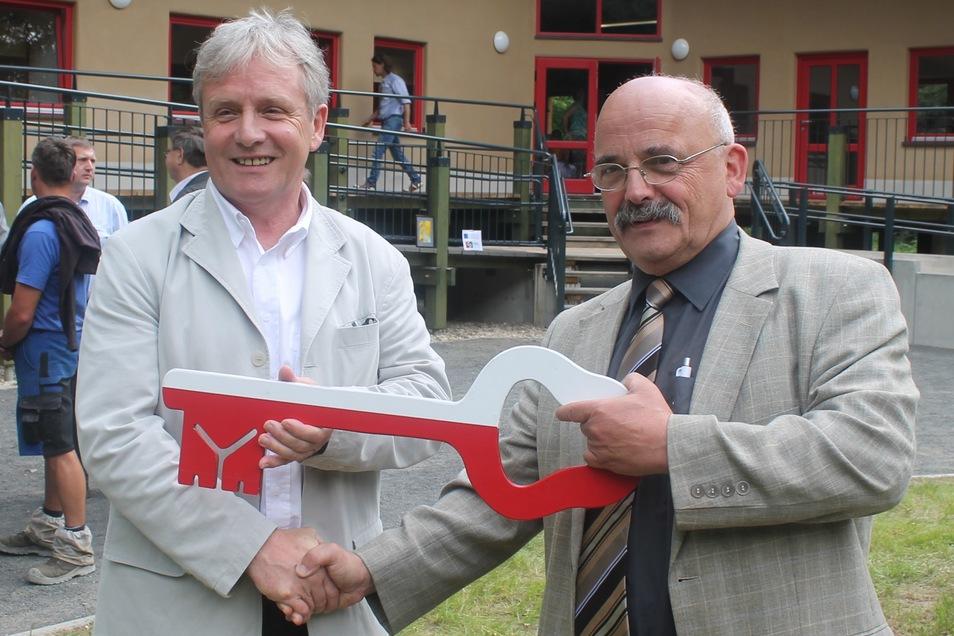 Eines der größten Bauprojekte, das Bernd Großer verwirklichte, war das Umweltbildungs- und Naturerlebniszentrum. Symbolisch übergibt der damalige Zittauer Bürgermeister Michael Hiltscher (rechts) den Schlüssel an Bernd Großer.