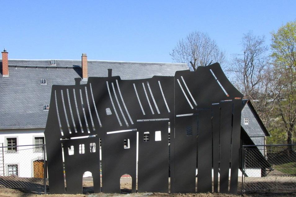 Die Silhouette der Stadthäuser am Kirchplatz in Mittweida wurde in der Werkstatt in Löbschütz hergestellt.