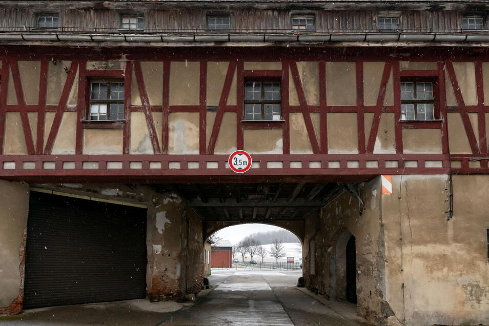 Das Torbogengebäude am Schloss Langburkersdorf ist ein denkmal-geschichtliches Ensemble.
