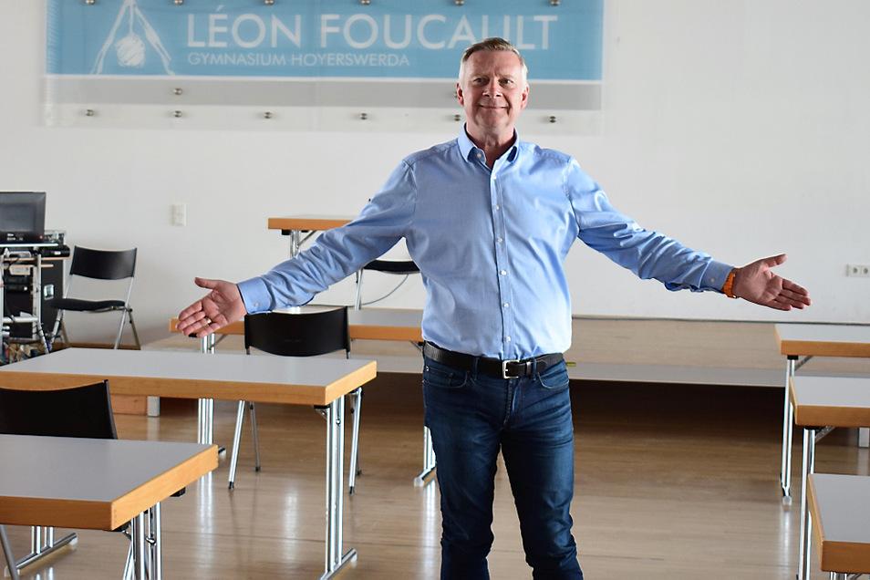 Schulleiter Uwe Blazejczyk vom Léon-Foucault-Gymnasium Hoyerswerda zeigt, dass bei den Abitur-Prüfungen der Mindestabstand gewahrt wird.