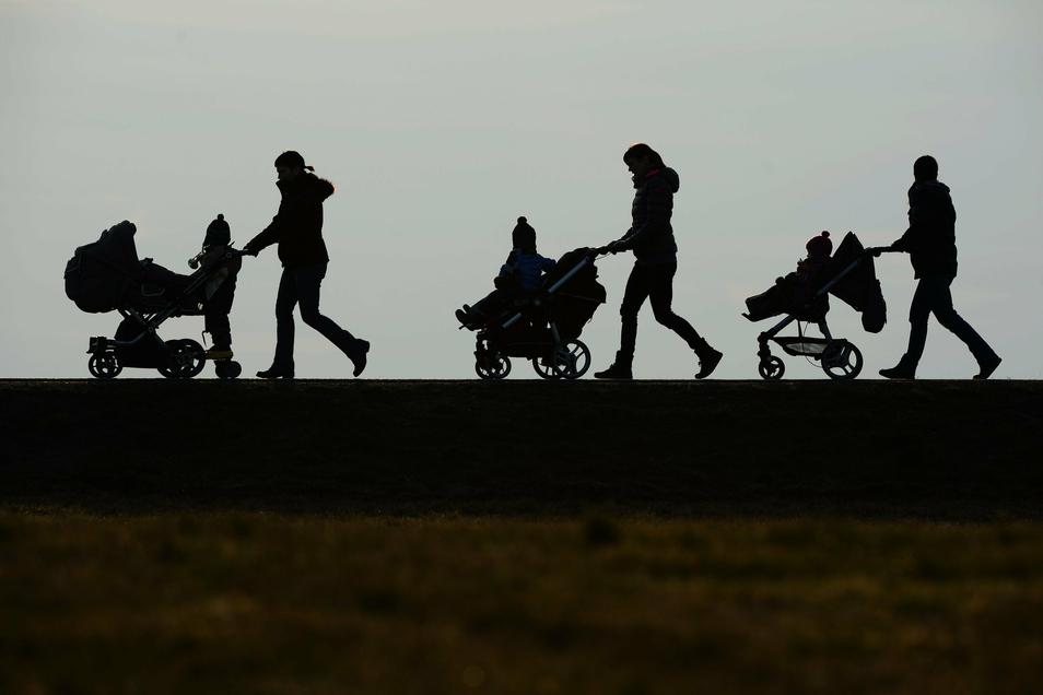 Drei Mütter schieben ihre Kinderwagen eine Landstraße entlang. Frauen mit Kindern waren durch die Corona-Pandemie doppelt belastet. Zu diesem Schluss kommt eine neue Studie. Im Landkreis Meißen ist die Corona-Situation sehr stabil.