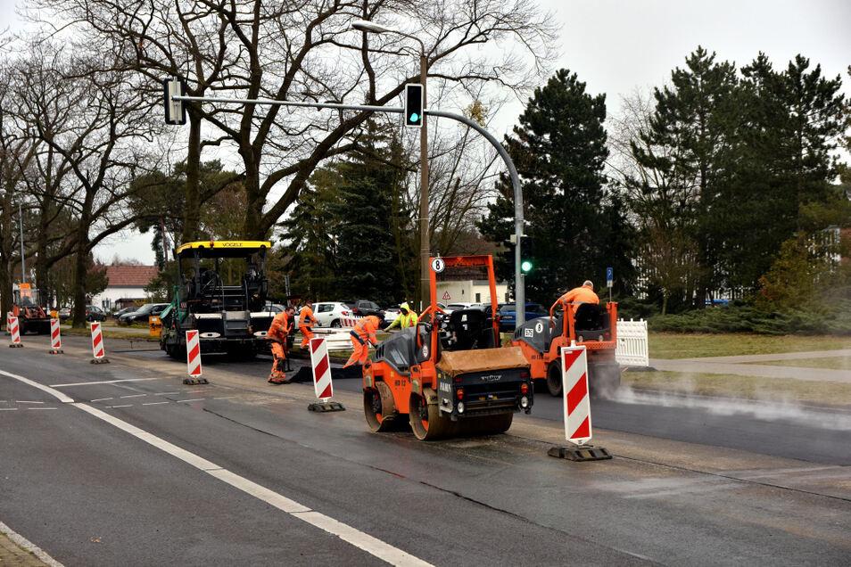 Die Fußgängerinsel in der Maria-Grollmuß-Straße vor dem Lausitzer Seenland-Klinikum in Hoyerswerda wird entfernt, um Einsatzfahrzeugen eine bessere Passage zu ermöglichen. Zudem ist es offenbar vorgekommen, dass nicht mehr ganz so mobile Fußgänger die Grü